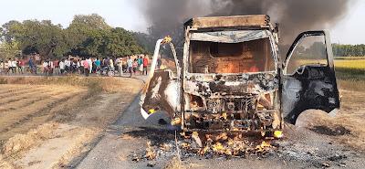जमुई-पिकअप वैन के जोरदार ठोकर से बच्ची की मौके पर ही मौत,ग्रामीणों ने फूंका गाड़ी को।