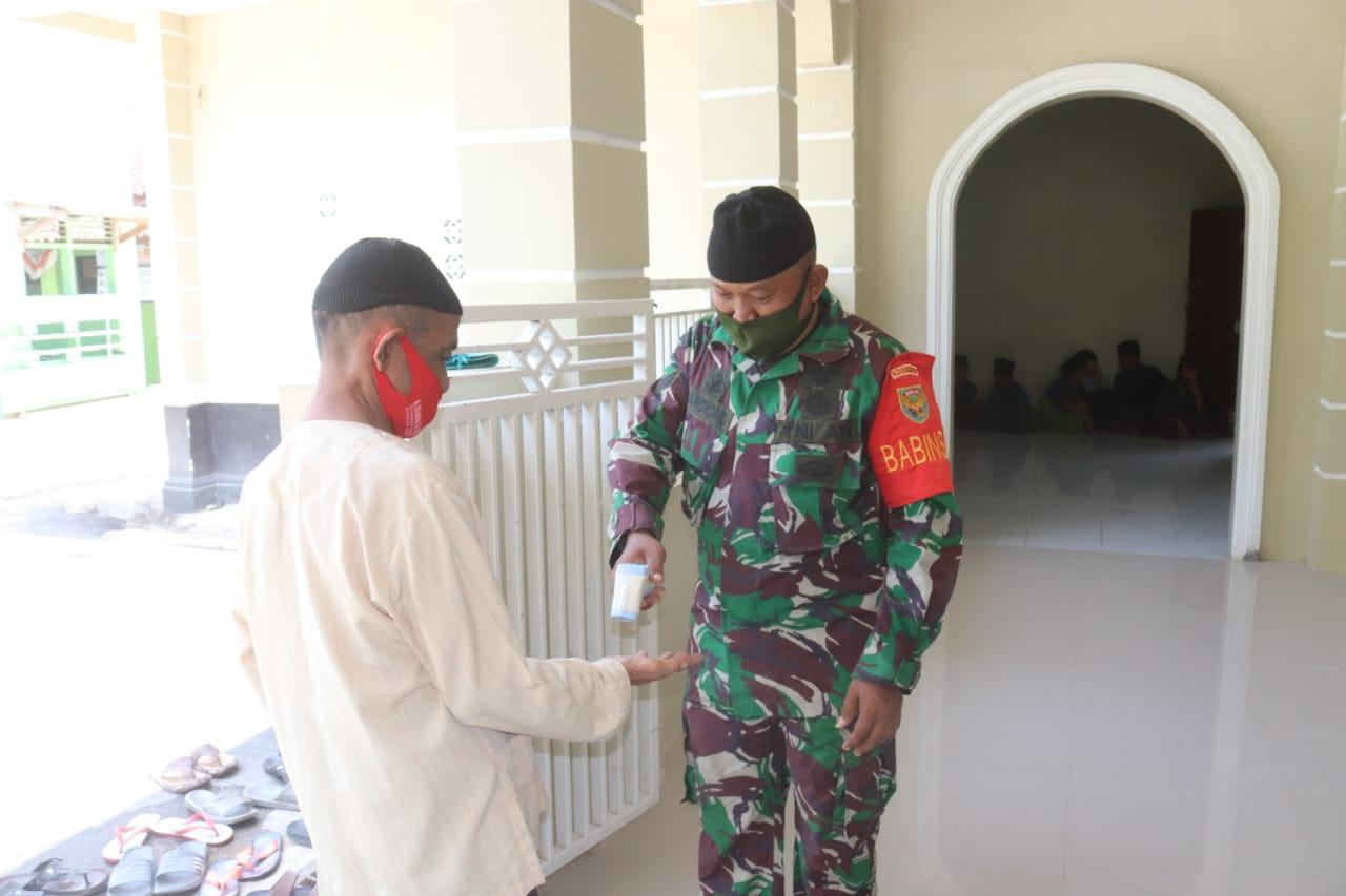 Kodim 0410/KBL terus laksanakan himbauan dan terapkan Protokol Kesehatan dengan membagikan masker gratis kepada jemaah yang sedang melaksanakan Ibadah Sholat Jum'at
