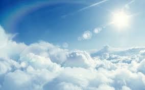 Ο ήλιος πάνω από τα λευκά σύννεφα.