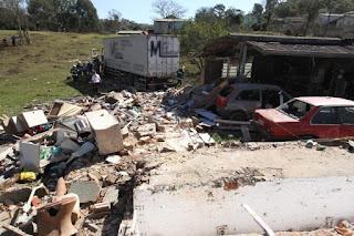 Caminhão desgovernado invade residência e mata 3 pessoas da mesma família