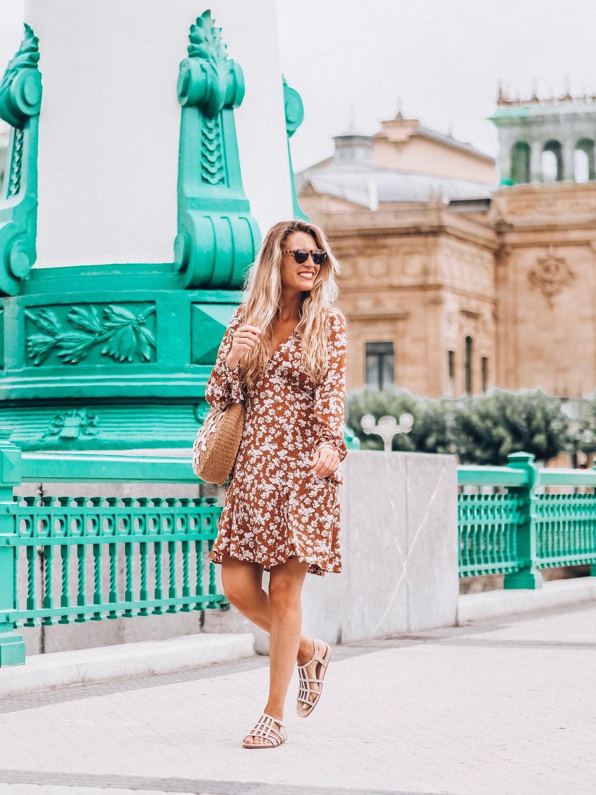 vestido marrón estampado