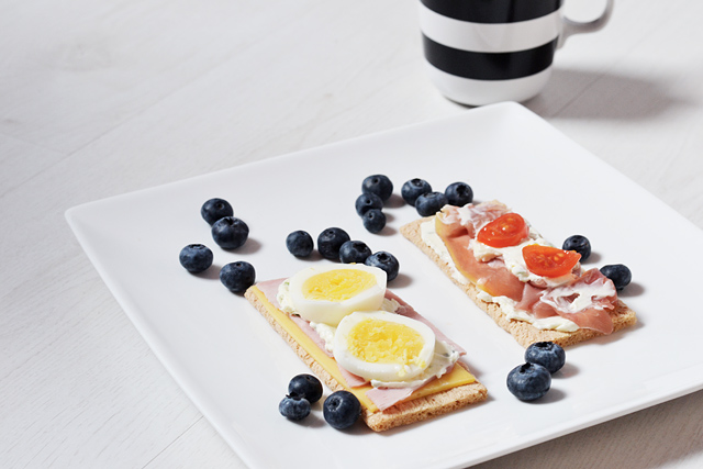 Breakfast, easy, healthy, recipe, crispbread, egg, blueberries, crackers, gezond, ontbijt