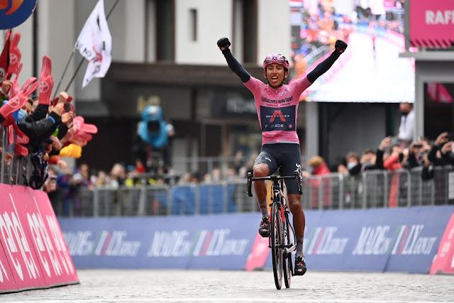 Dono da maglia rosa, Egan Bernal comemora sua vitória na etapa do Giro d'Italia