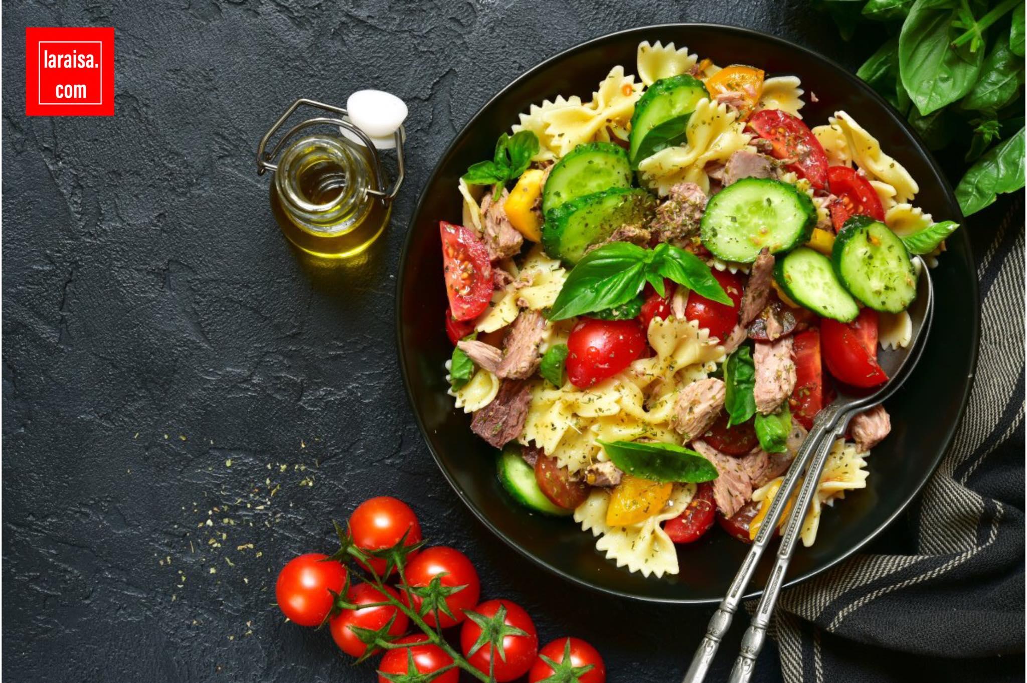 مقبلات سلطة المعكرونة مع التونة والطماطم