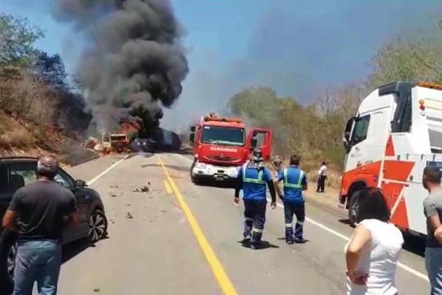 Motorista morre em acidente envolvendo carretas e carro na BR-116, em Jequié