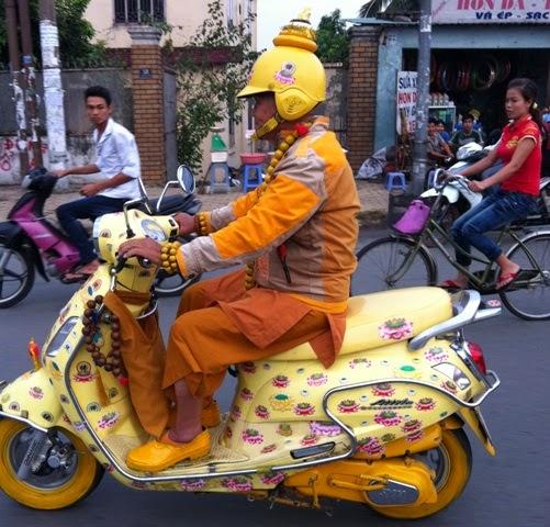 Xe gắn máy và quái nhân VietNam 1