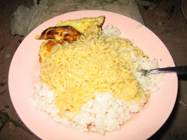 Benarkah Makan Mie Instan Dicampur Nasi Berbahaya?