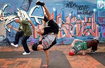 Es de unos niños asiáticos que bailan break dance muy bien. También unas  fotos de señores y niños bailando break dance. 581b4812031