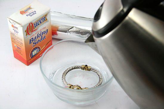 Dung dịch nước muối và soda làm sạch trang sức bạc