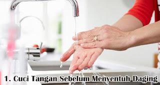Cuci Tangan Sebelum Menyentuh Daging merupakan salah satu tips menyimpan daging kurban agar tetap segar
