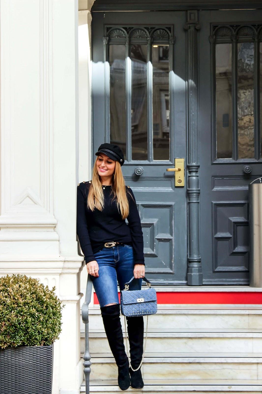 blogger-mit-schwarzer-schiffer-mütze-valentino-tasche-blogger-mit-blauer-tasche-outfitinspiration-blogger-style