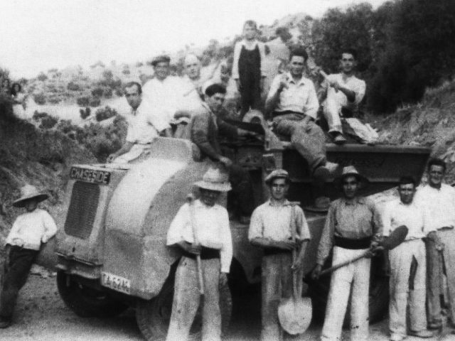 Trabajadores durante la obra en la Vía Verde de la Sierra