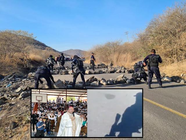 Video: Cárteles Unidos y El CJNG reciben a balazos anuncio de visita de enviado de El Vaticano en Aguililla, Michoacán y lo despiden con Narcobloqueos