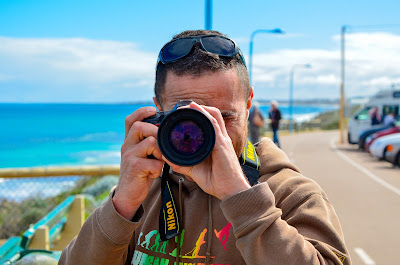15 Perlengkapan Wisata Pantai Yang Wajib Kamu Bawa - Membawa Kamera DSLR di Pantai