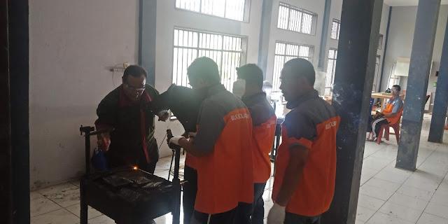 Instruktur sedang memandu WBP Lapas Sarolangun praktek Las Listrik