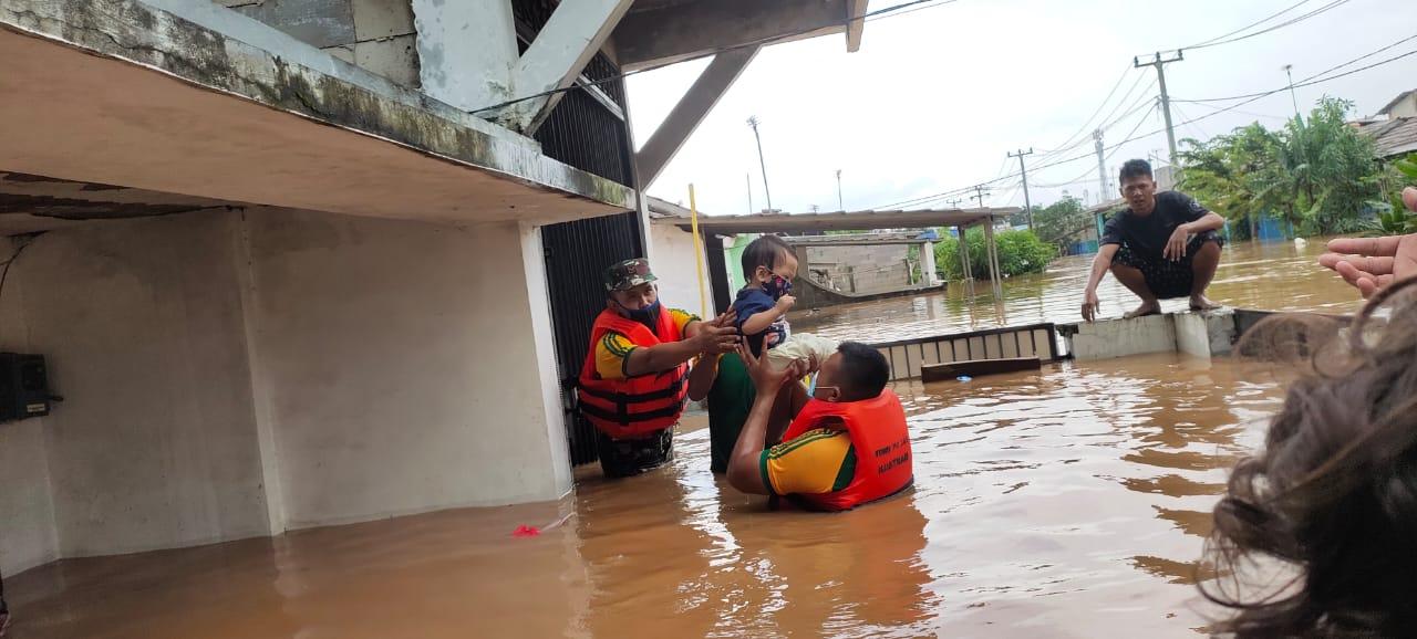 Yonif PR 305 Divif 1 Kostrad Kerahkan Tim Evakuasi Bantu Korban Banjir Karawang