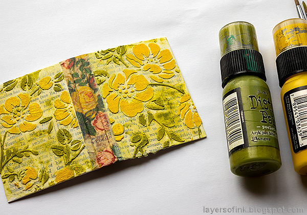 Layers of ink - Tiny Flower Book DIY Tutorial by Anna-Karin Evaldsson. Paint the flowers yellow.