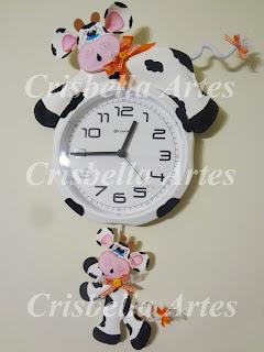 Crisbella Artes  Relógio de parede decorado com vaquinha. b0ed002f033c7