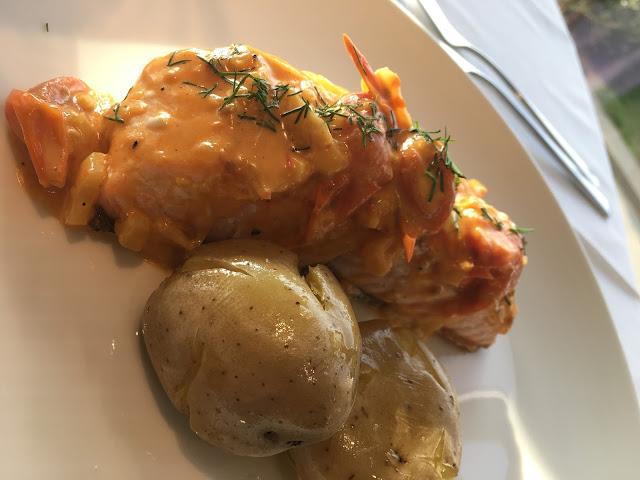 Merluza asada con romescu y guarnición. Restaurante de la Universidad de Navarra