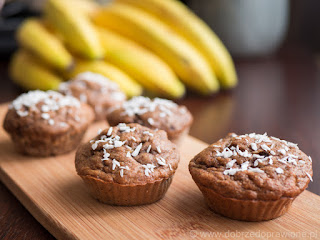 Babeczki (muffinki) bananowe na drewnianej desce; w tle banany