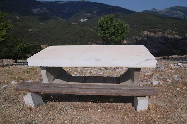 Kastro Thasos - stůl s deskou z mramoru