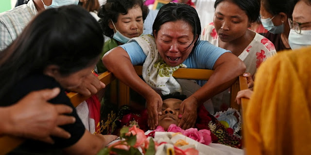 Diiringi Isak Tangis, Warga Makamkan Puluhan Korban Unjuk Rasa Myanmar