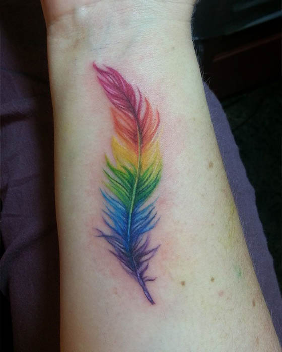 tatuaje de pluma de colores antebrazo