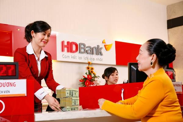 hdbank Nhắc đến thời trang công sở tại các ngân hàng, thật thiếu sót nếu bỏ qua Ngân hàng Phát triển TP.HCM (HDBank). Trang phục hiện tại của nhà băng này khá trẻ trung và năng động. Đồng phục nữ là áo sơ mi trắng sọc đỏ nhuyễn phối hợp cùng với váy ca rô đỏ khoác thêm áo vest đỏ và đối với nam là áo sơ mi trắng sọc đỏ nhuyễn cùng quần âu.