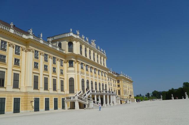 Widok od strony ogrodu na pałac Schonbrunn