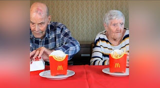 Dos viejos en McDonalds (Chiste)