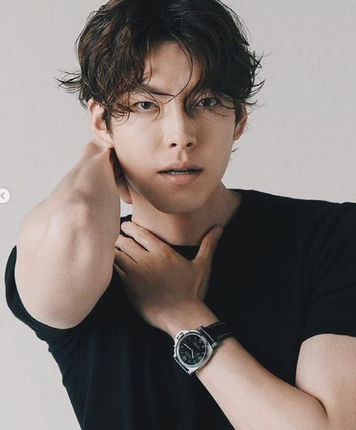 Kim Woo Bin bir fotoğraf çekimiyle geri döndü