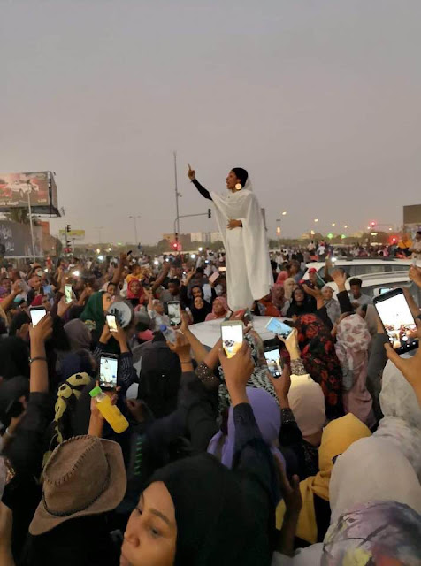 A Sudanese lady addressing protesters in the sit-in