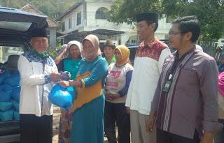 Baznas Salurkan Zakat Konsumtif untuk Pengrajin Batu Bata di Kecamatan Asakota
