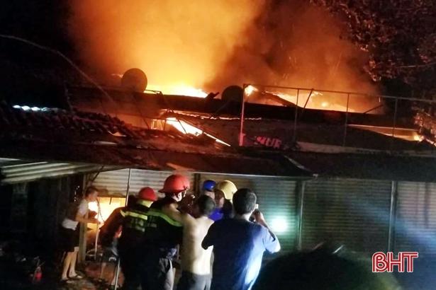 Cháy lớn ở chợ Voi, nhiều ki-ốt bị thiêu rụi!
