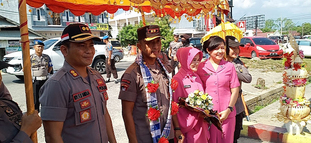 Sertijab Kapolres Luwu Utara, AKBP Agung Danargito Di Sambut Pengalungan Bunga Dan Tarian Padduppa