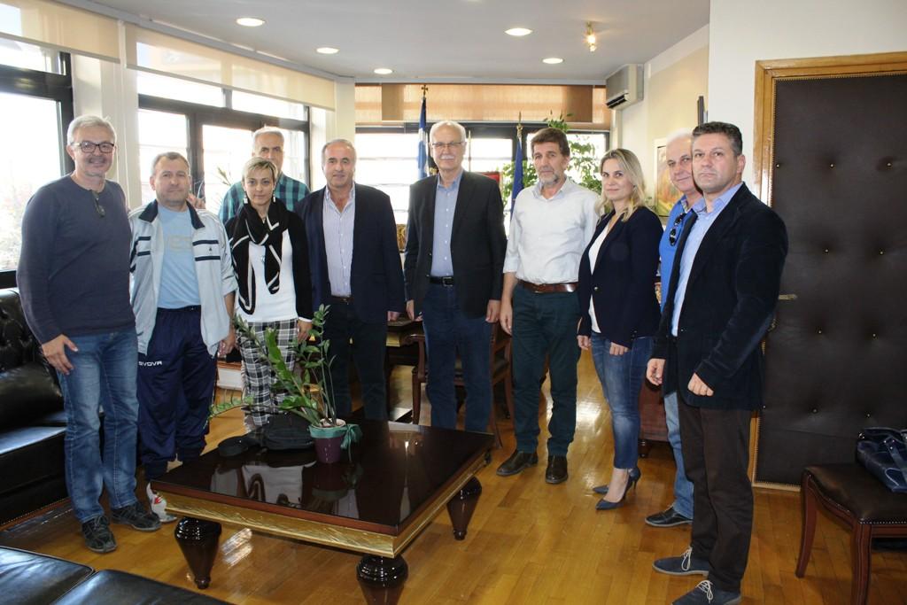 Συνάντηση του δημάρχου Λαρισαίων με τη διοίκηση του Συλλόγου Εκπαιδευτικών Π.Ε. Λάρισας για τη διοργάνωση πανελληνίου πρωταθλήματος ποδοσφαίρου Συλλόγων Εκπαιδευτικών Π.Ε.