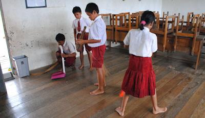 membersihkan kelas bersama sama