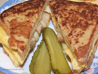 Sandwich cald cu omleta impaturita reteta de casa rapida cu oua kaizer si cascaval servit cu castraveti murati retete culinare pentru mic dejun mancare si gustare,