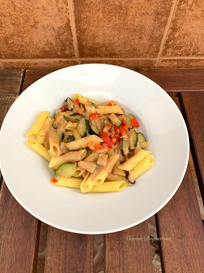 Macarrones vegetales con salsa de cacahuete y tahini