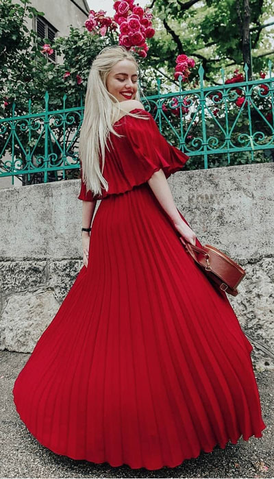 No matter what kind of date night you have planned for Valentine's Day. Here are 29 Romantic Valentines Day Outfits to Wow Your Date. Women's style + Fashion via higiggle.com | pretty red dress | #valentine #fashion #romance #dress