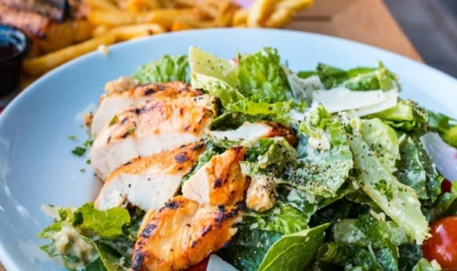 How to prepare chicken Caesar salad and the most important health tips