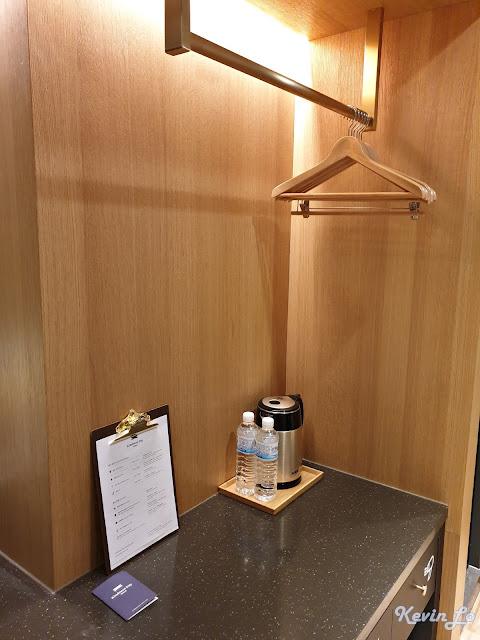康橋慢旅開放式設計的衣櫃與衣架
