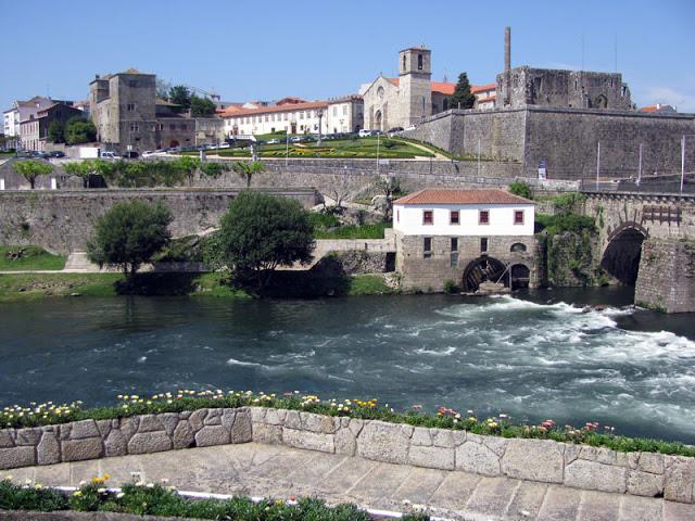 rio, ponte e construções medievais