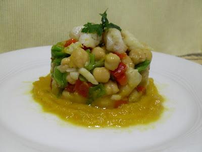 Ensalada de garbanzos con hortalizas y verduras, bacalao y salsa pil pil