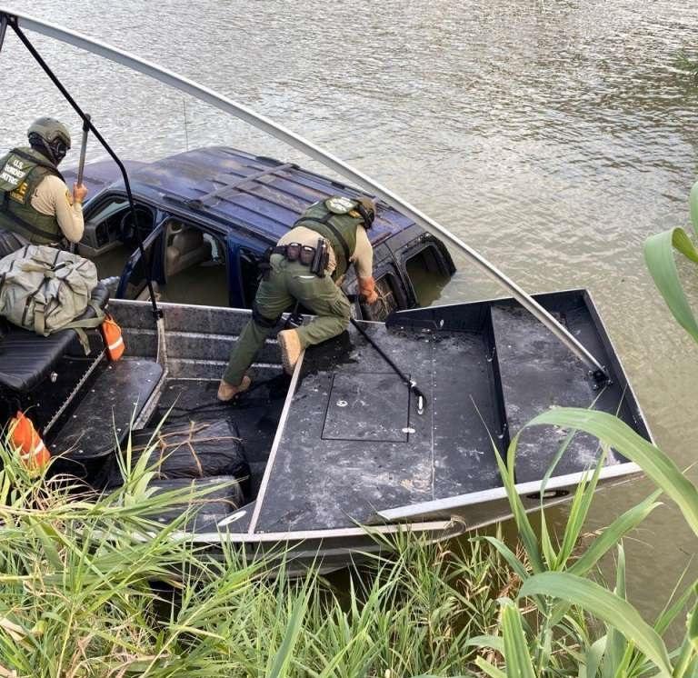 Cuazito del CDN se avienta con camioneta al río Bravo para huir a Nuevo Laredo de la Patrulla Fronteriza. Llevaban casi $300,000 de droga