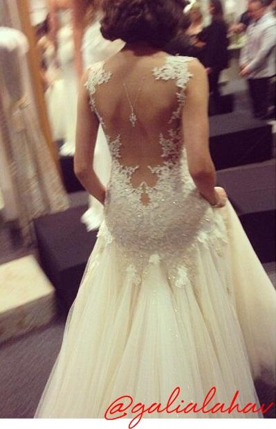 ... foto de um vestido de noiva costa nua perfeito! E reparem no colar nas  costas ( tendência que começou no Oscar deste ano e pelo jeito veio com  tudo!) 5325ea07ada
