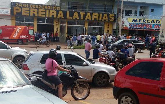 Urgente - Assalto a mão armada na Latarias Pereira em Cacoal termina com funcionário que reagiu ao assalto baleado