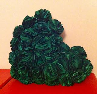 yeşil el yapımı güllerle süslü dekoratif ayna