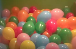 Zweihundert bunte Luftballons als Ballonpool für Kinder.