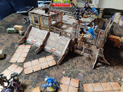 013 - Tyranids are climbing up the structure